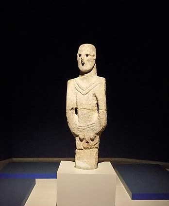älteste, überlebensgroße, männliche Statue aus Ȿanliurfa (Urfa), in der Nähe von Göbekli Tepe, Datierung circa 8500 v.u.Z.; die Figur ist wahrscheinlich die erste Darstellung eines männlichen Gottes; Foto: Creative Commons 4.0 International, User: Cobija